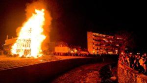 Έθιμο Χριστουγέννων: Οι φωτιές στη Φλώρινα (από zougla.gr)
